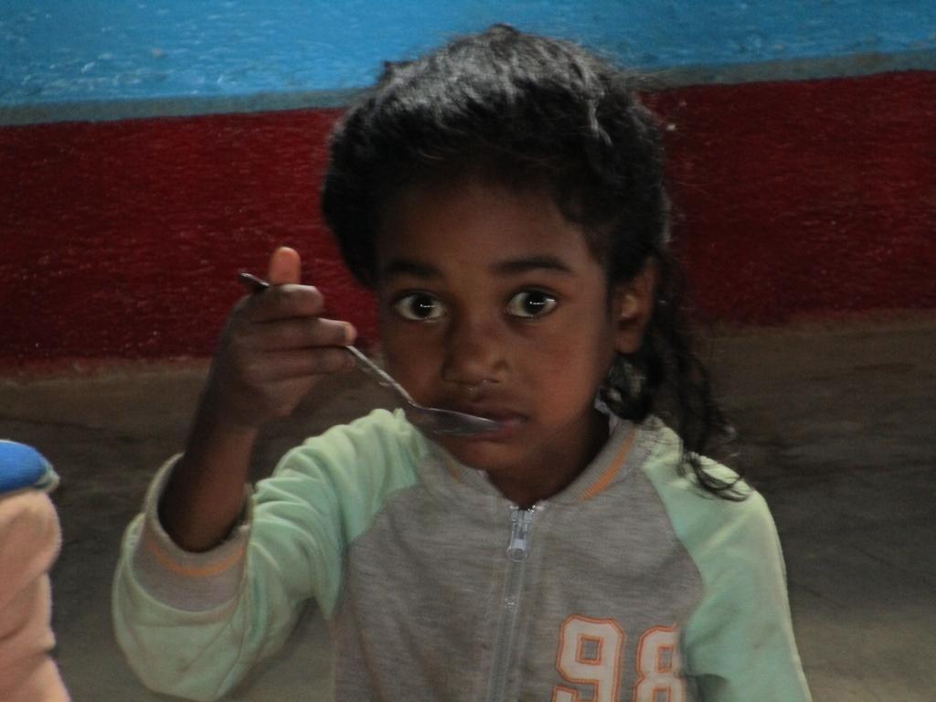 Una bambina della mensa della scuola pubblica di Imadi (Madagascar, Maggio 2018)