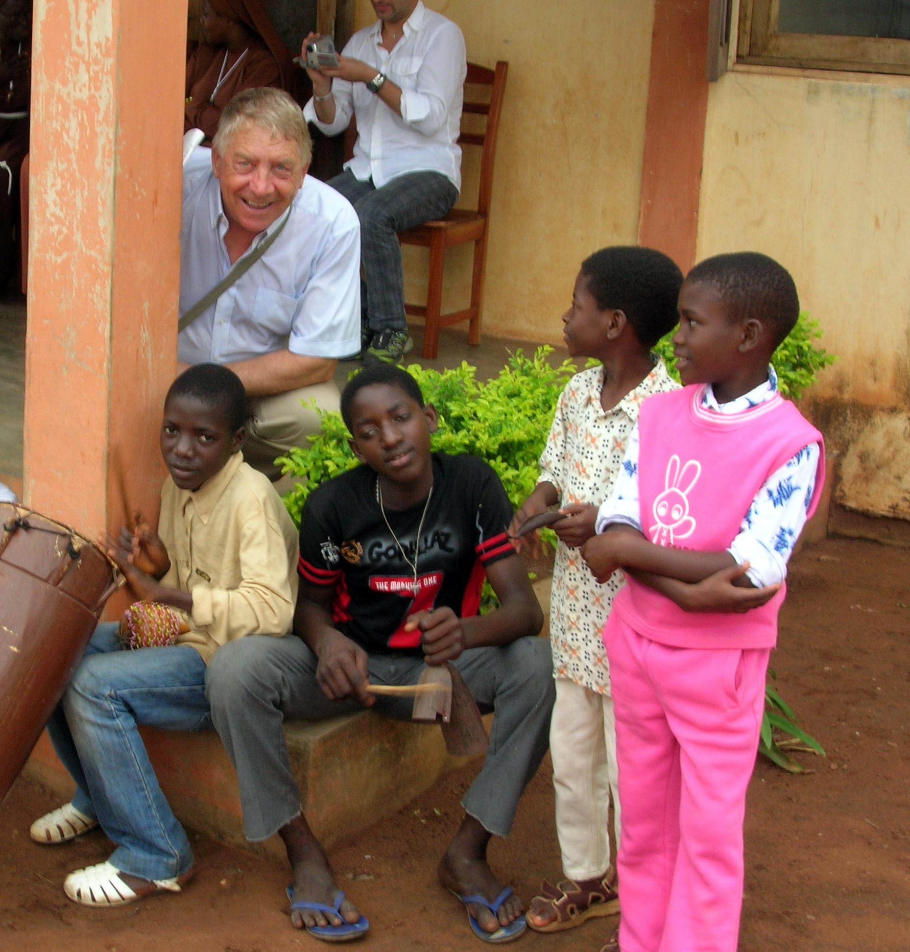 Il nostro presidente Elio De Angelis in visita all'orfanotrofio di Dagletà (Benin, 2009)