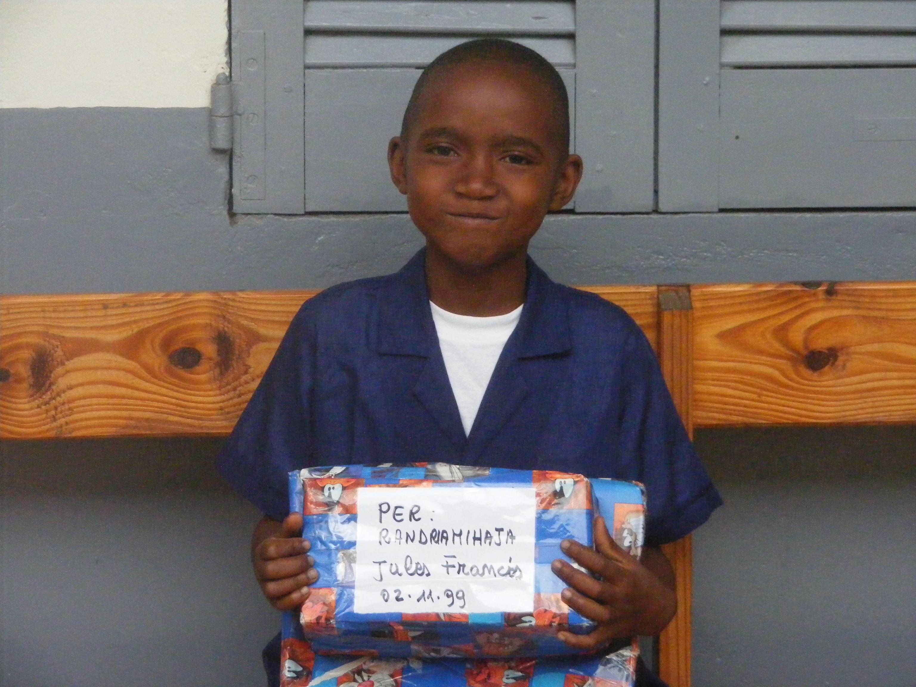 Un bambino adottato a distanza riceve un regalo dall'Italia (Manakara, Madagascar, 2008)