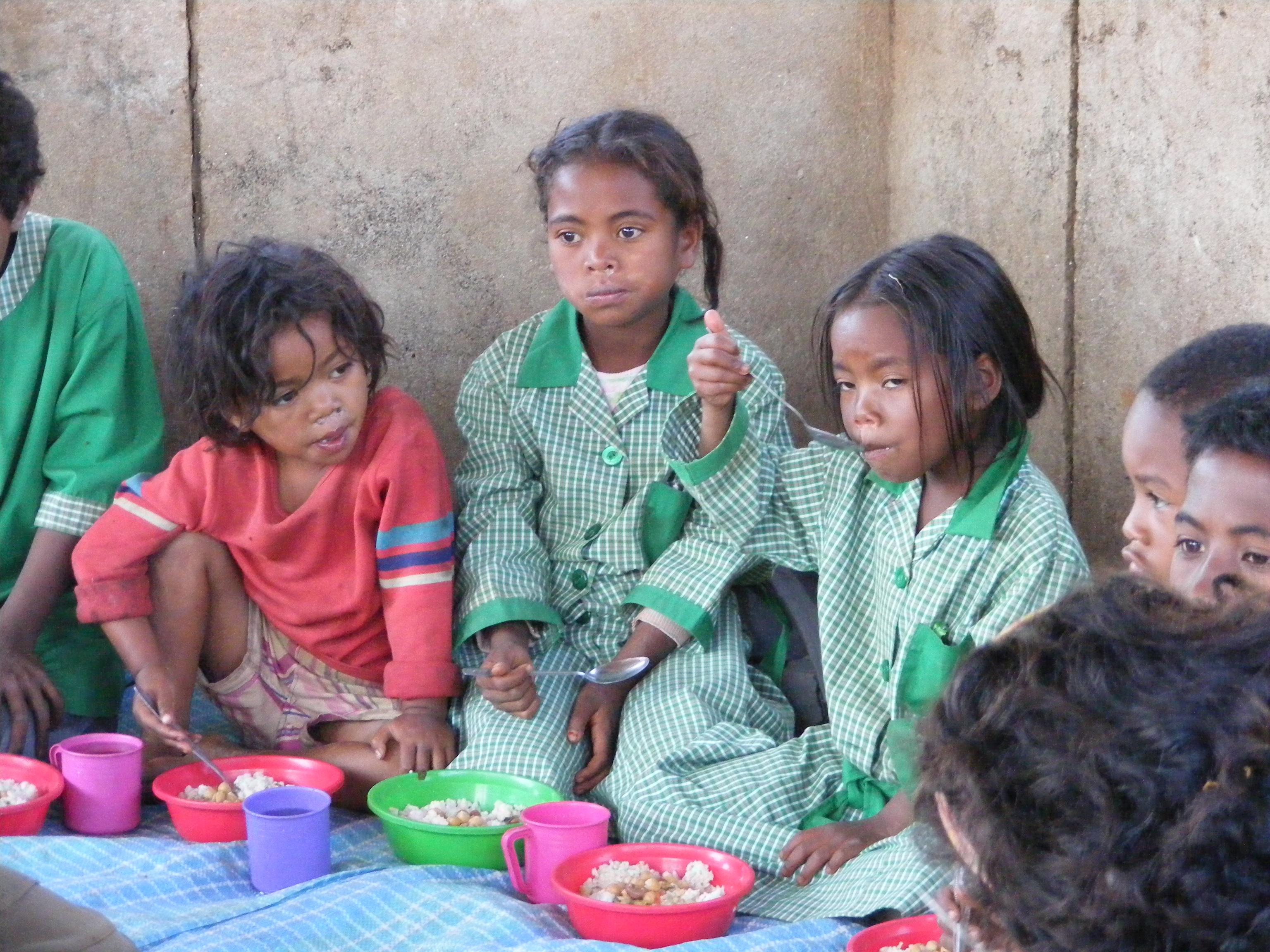 Alcune bambine nella mensa di Antanavao (Madagascar, 2008)