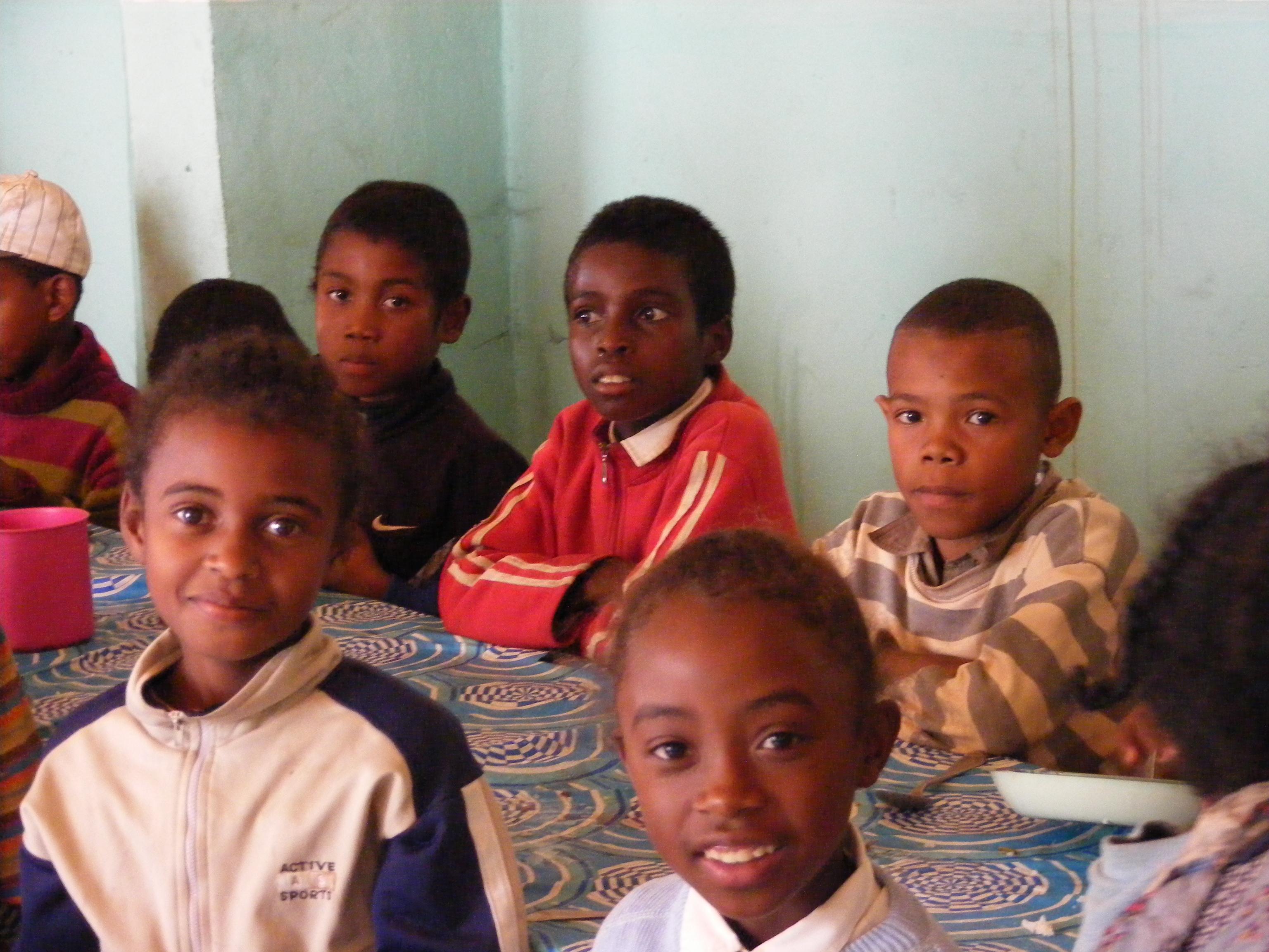 Alcuni bambini nella mensa di Antanavao (Madagascar, 2008)