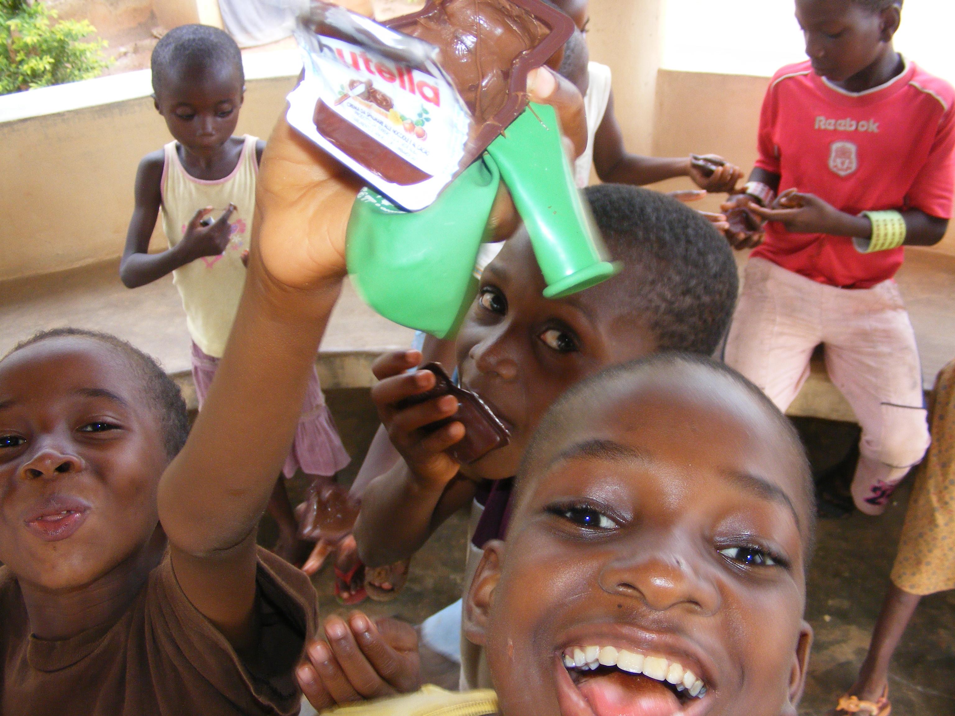 Un regalo per i bambini nell'orfanotrofio di Dagletà (Benin, Febbraio 2014)