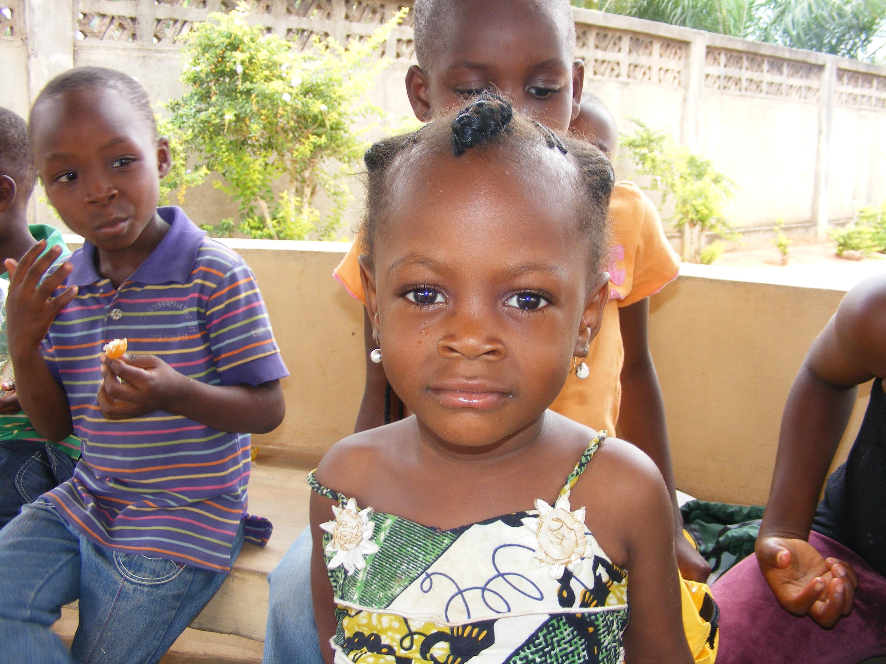 Una bambina nell'orfanotrofio di Dagletà (Benin, 2014)