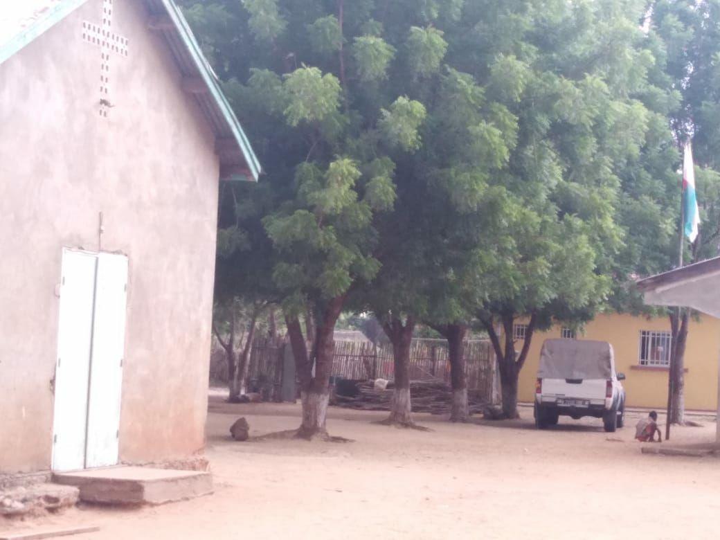 La chiesa di Bekopaka e la casa delle suore, in fondo
