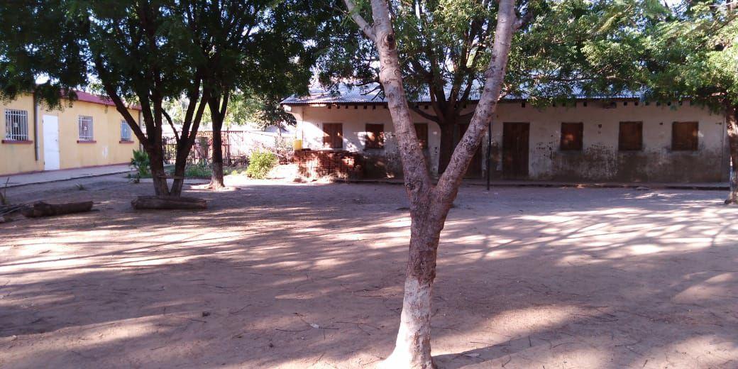 La scuola (a destra) e la casa delle suore (a sinistra)