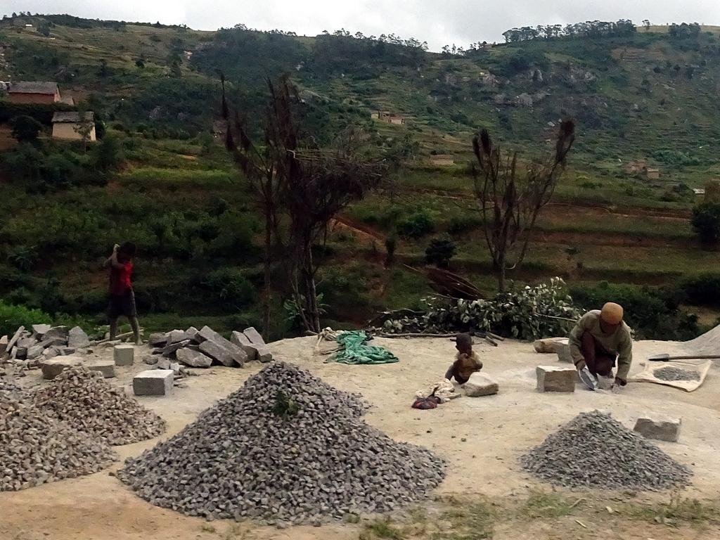 I bambini del Madagascar lavorano nelle miniere e nei campi fin dalla giovanissima età (Maggio 2018)