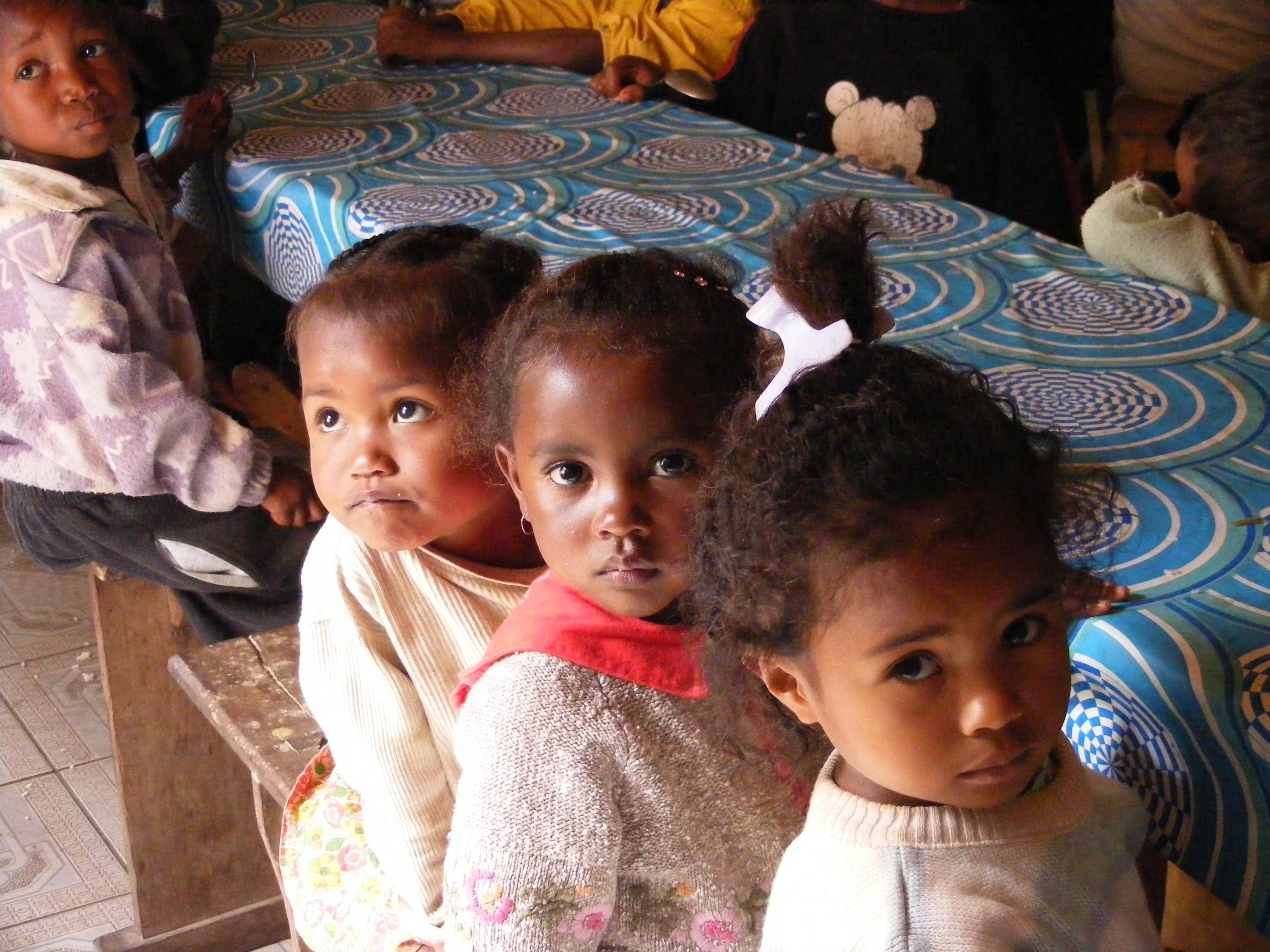 I bambini nella mensa di Manakara (Madagascar, 2008)