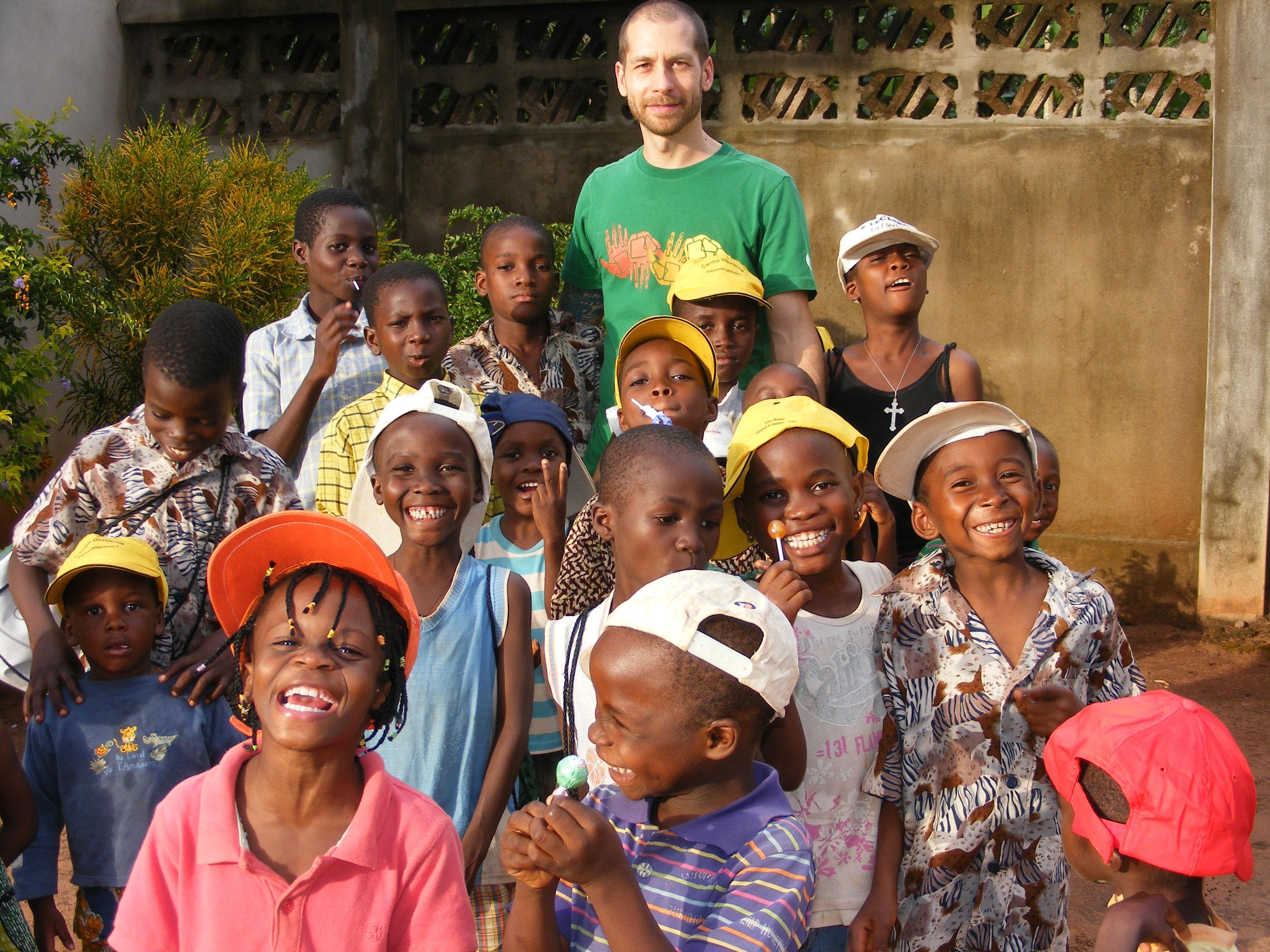 Valerio con i bambini dell'orfanotrofio di Dagletà (Benin, 2014)