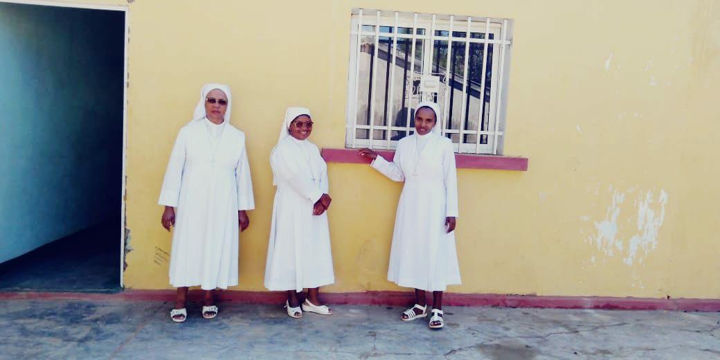 Le tre suore della missione: da sinistra, Suor Angela, Suor Charles e Suor Mamy